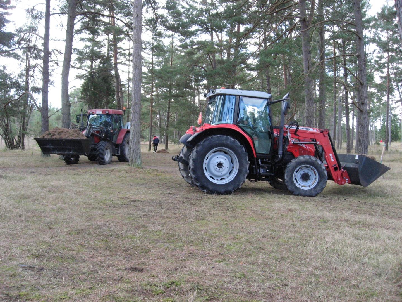 Traktorer är bra att ha en dag som denna. Björn Ansin, Kaj Wahlgren, Janne Näslund och Gunnar Norrby tog med sina