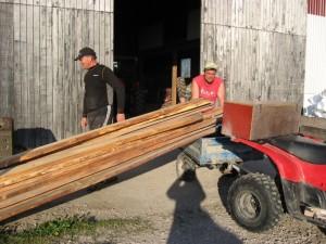 Kaj Wahlgren och Lasse Ohlander plockar fram plankorna